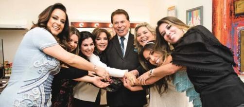 Silvio Santos posa com esposa e filhas. (Reprodução/SBT)