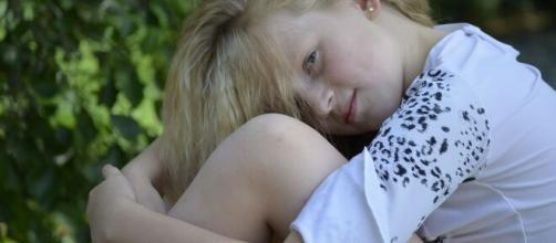 A primeira menstruação pode aparecer bem cedo, no início da fase da adolescência. (Arquivo Blasting News)