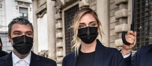 Milano, Fedez in Lamborghini regala 1000 euro a 5 sconosciuti in difficoltà