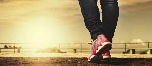 Caminhando com intensidade a passos largos. (Reprodução/Pixabay)