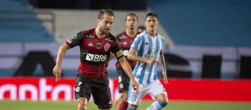 Éverton Ribeiro, do Flamengo, está entre as opções mais desejadas no Cartola FC. (Arquivo Blasting News)