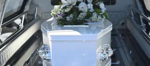 Taranto, i funerali per un 11enne deceduto di tumore: i suoi compagni del quartiere Tamburi si sono addossati sul vetro del carro funebre.