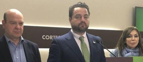 El diputado de Vox David Arranz, en el centro de la imagen