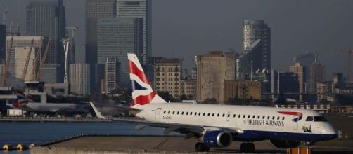 Los vuelos que lleguen desde Inglaterra estarán prohibidos desde el martes