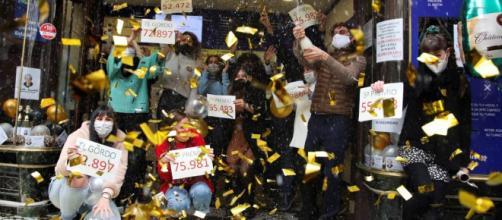 Champagne y papel picado en Doña Manolita, festejando los premios repartidos