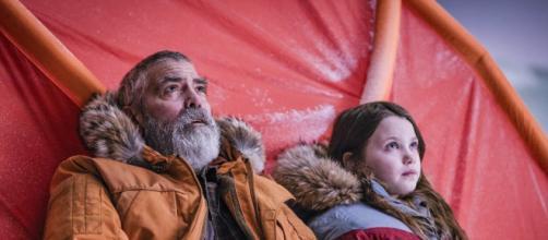 George Clooney e Caoilinn Springall em cena de 'O Céu da Meia-Noite' da Netflix. (Reprodução Neflix)