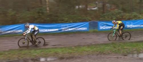 Mathieu Van der Poel e Wout van Aert impegnati nel ciclocross di Herentals