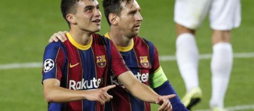 Messi sonríe con Pedri en el Barça