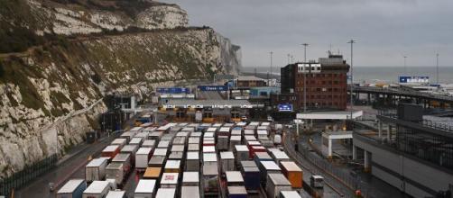 Cientos de camioneros españoles están atrapados en la frontera del Reino Unido con Francia