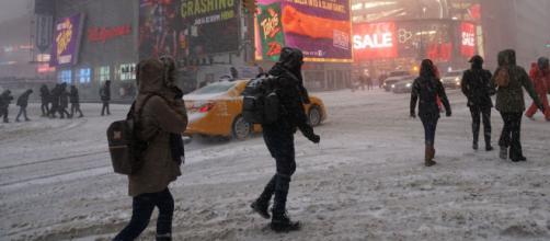 Tormenta de nieve navideña cae en Nueva York y algunas zonas padecen la interrupción del servicio eléctrico.