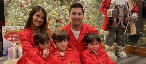 Messi posa ao lado da esposa e filhos. (Reprodução/Instagram/@Antonella Roccuzzo)