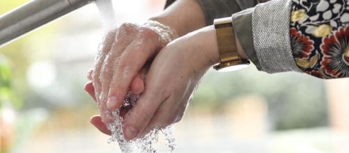 Conviene mantener el aseo frecuente de las manos en casa en medio de las reuniones de la Navidad.
