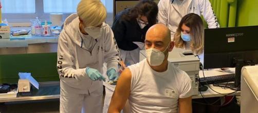 Matteo Bassetti al momento della vaccinazione contro il Covid, foto pubblicata sul suo profilo Facebook.