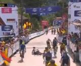 Ciclista esulta prima di tagliare il traguardo e cade sulla linea d'arrivo.