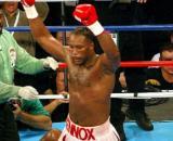 Lennox Lewis esulta dopo il ko inflitto a Mike Tyson a Memphis nel 2002.