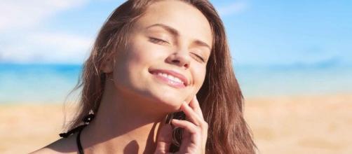 La piel del rostro puede deteriorarse por el exceso de exposición solar.