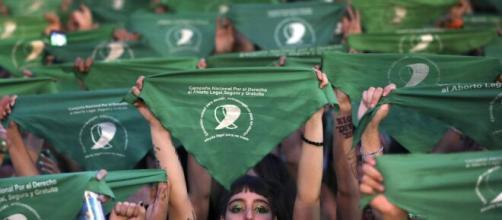Aborto, l'Argentina legalizza l'interruzione volontaria di gravidanza: sarà permessa entro la quattordicesima settimana.