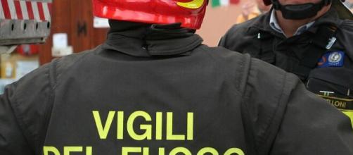 Brindisi, rogo in un'azienda agricola a Cerano: distrutti diversi mezzi, indagini in corso.