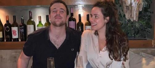 En la foto que Carolina Monje compartió, mira con ojos enamorados a su novio Aless Lequio.