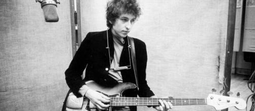 Un joven Bob Dylan en sus inicios como cantante y compositor.