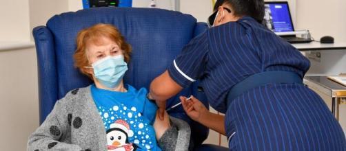 Idosa de 90 anos é a primeira vacinada contra Covid-19 no Reino Unido. (Arquivo Blasting News)