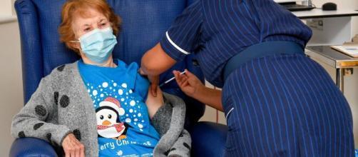 Margaret Kenaan, la primera persona en recibir la vacuna de Pfizer contra la COVID-19