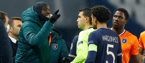 Acusan de racismo a cuarto árbitro y los jugadores se retiran del campo