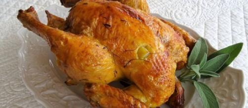 Pollo al forno in salsa delicata, un'idea originale da portate in tavola per le feste.