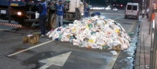 Alimentos doados em entrada de show de Pabllo Vittar são deixados em rua após evento em BH. (Reprodução)