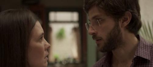 """Thelma (Adriana Esteves) e Danilo (Chay Suede) em cena de """"Amor de Mãe"""", novela das nove da Globo. (Reprodução/TV Globo)"""