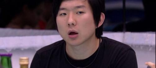 Comissária de bordo acusa, em vídeo, ter sido chantageada por Pyong. (Reprodução/TV Globo)