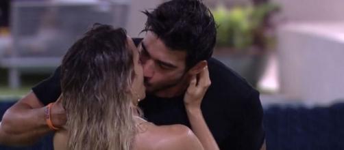 """Guilherme Napolitano e Gabi Martins se reconciliam com beijo apaixonado sob a chuva no jardim do """"BBB20"""". (Reprodução/TV Globo)"""