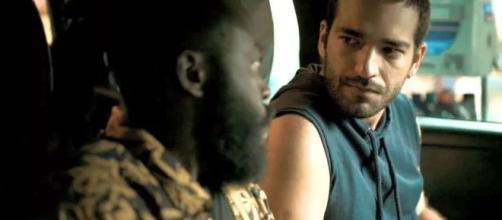 Marconi (Douglas Silva) cobra Sandro (Humberto Carrão) em 'Amor de Mãe'. (Reprodução/TV Globo)