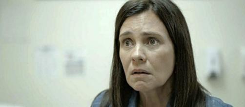 Thelma (Adriana Esteves) tem dado vários indícios de que precisa de ajuda para lidar com sua vida. (Reprodução/TV Globo)