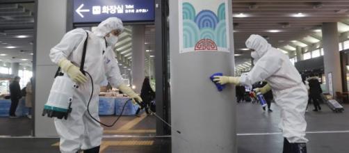 El Coronavirus es atendido por funcionarios de sanidad en varias localidades chinas. - deadline.com