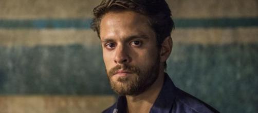 Tales (Alejandro Claveaux) pode ir para cadeia após chantagear Lídia (Malu Galli) em 'Amor de Mãe'. (Divulgação/Globo)