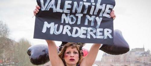 Des Femen s'enchaînent au pont des Arts de Paris pour dénoncer les féminicides. Credit: Instagram/femen_official