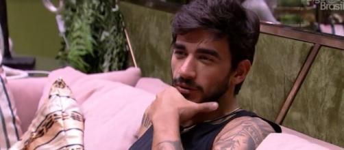 Guilherme comenta com Flayslane sobre possível prova do anjo. (Reprodução/TV Globo)