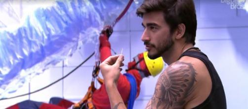 Guilherme conversa com Bianca na cozinha. (Reprodução/TV Globo)