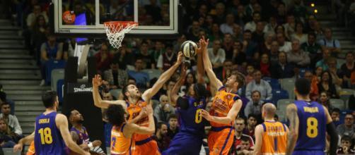 La defensa taronja impide el tiro de Davis (foto Alejandro Ruesga)