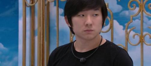 Pyong conversa com sisters no quarto. (Reprodução/TV Globo)