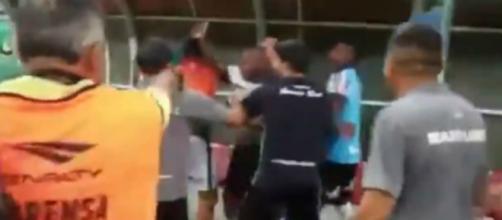Sassá é provocado com 'sarrada no ar' e tenta agredir goleiro do Manaus FC. (Reprodução)