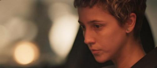 Amanda vai jogar o carro contra o poste para acabar com seu inimigo em 'Amor de Mãe'. (Reprodução/TV Globo)