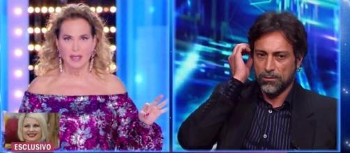 Barbara D'Urso chiude il microfono a Pietro Delle Piane.