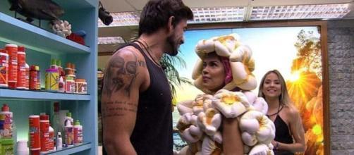 Guilherme, Flayslane e Gabi conversam no banheiro. (Reprodução/TV Globo)