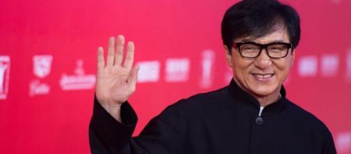 Jackie Chan oferece R$ 615 mil para quem encontrar a cura do coronavirus. (Arquivo Blasting News)