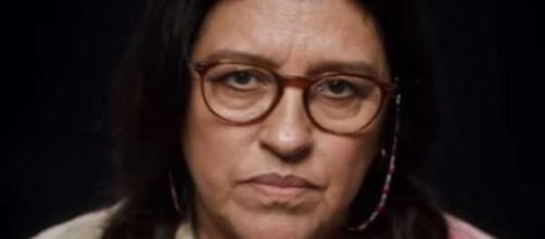 Lourdes (Regina Casé) perde a esperança de reencontrar Domênico em 'Amor de Mãe'. (Reprodução/TV Globo).