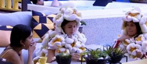 Manu, Bianca e Flayslane consomem doce de mocotó no 'BBB20'. (Reprodução/TV Globo)