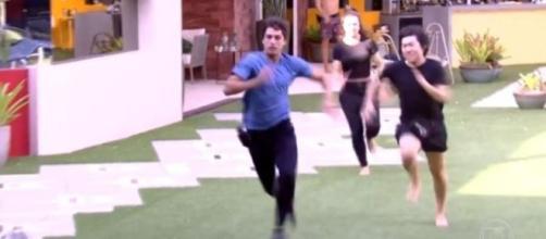 Prior e Pyong correm para atender o Big Fone; ao repetir a cena, Leifert disse que o mágico tentou agarrar o colega. (Reprodução/TV Globo)