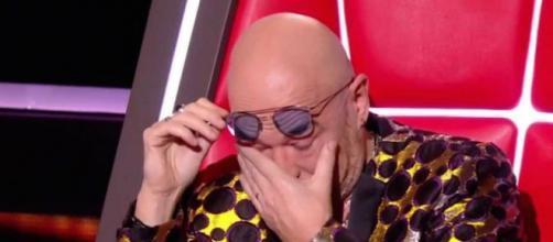 The Voice : Pascal Obispo en pleurs après une interprétation de 'Clandestino'. Credit: TF1